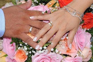婚約指輪、結婚指輪重ね付けしていますね。