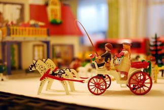 2頭立て馬車、おしゃれなレゴブロック。赤い車輪