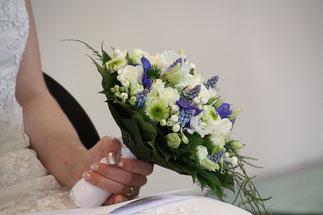 未婚の女性に、ブーケが渡ると、その人が、次の花嫁さんになれるらしい。