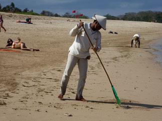 Bild: Bechcleaner am Strand von Nusa Dua