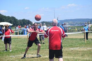 Christoph Biner (links) und Rolf Dietiker beim Ballkreuz.