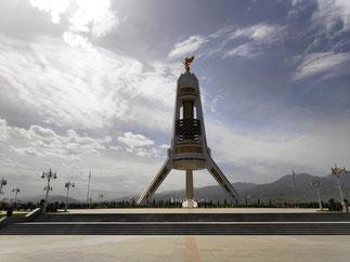 Auf dem Neutralitätsbogen thront der erste Präsident Turkmenistans
