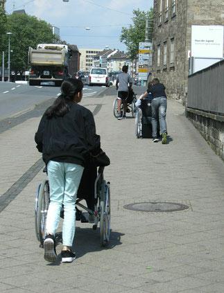 Schüler in Rollstühlen unterwegs
