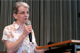 Frau Dr. Hirsmüller begrüßt Gäste der Jubiläumsveranstaltung 25 Jahre Ökumenische Hospizgruppe
