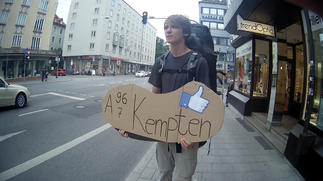 Trampen Pappe München Kempten jung Backpacker Facebook Daumen