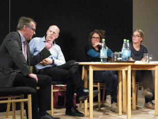 vlnr.: Stefan Ludwig - Justizminister Land Brandenburg; Jörg Wanke - BI Zossen zeigt Gesicht; Autorin Heike Kleffner; Autorin Anna Spangenberg