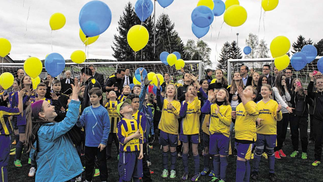 Luftballons in den Vereinsfarben blau und gelb ließen die Kinder und Jugendlichen der SG Stolberg zur Fertigstellung des Kunstrasenplatzes in den Himmel steigen.Fotos: O. Hansen