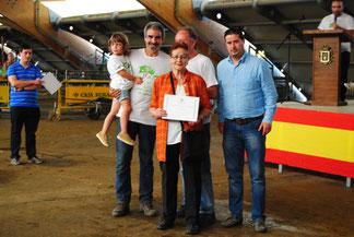 Silverio Argüelles, Concejal del Ayto de Llanera y Alejandro Argamentería, juez del concurso, entregan el diploma de la Segunda Mejor gocha con gochinos a Julia Mortera y familia