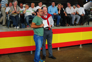 El alcalde de Siero, Martínez Llosa, entrega el diploma del Tercer Mejor Berrón a Ignacio Ramos