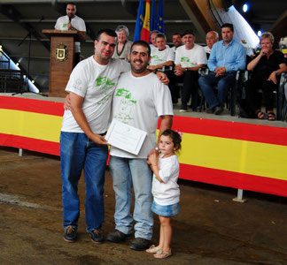 José Manuel Iglesias, Pte ACGA, entrega el diploma de la Segunda Mejor Gocha a Iván Blanco