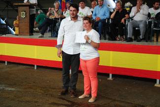 El concejal de Mercados del Ayto de Siero, Rubén Arbesú, entrega el diploma del Mejor Llabascu a Silvia Merino