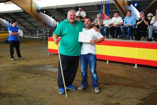 Moisés Noval, Vicepte de ACGA, entrega el diploma de la Tercera Mejor Llabasca a Gayo, de la ganadería María Delfina Díaz