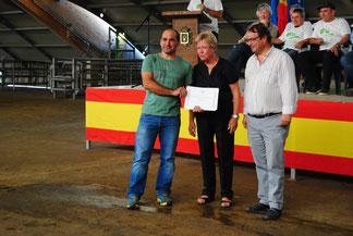 Los concejales de los Ayuntamientos de Siero y Llanera, Valeriano Rodríguez y Pilar Domínguez respectivamente entregan ell diploma del Tercer Mejor Rebaño a Ignacio Ramos