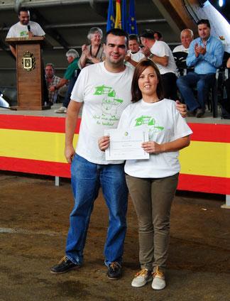 José Manuel Iglesias, Pte ACGA, entrega el diploma a Lucía Álvarez como poseedora de la Mejor Gocha