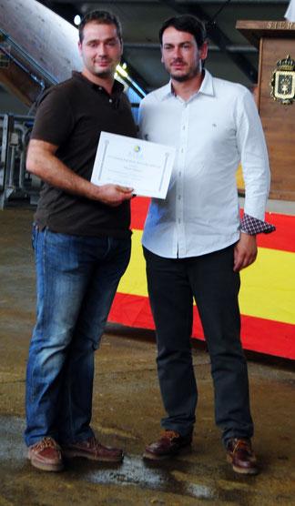 El concejal de Mercados del Ayto de Siero, Rubén Arbesú, entrega el diploma del Segundo mejor Llabascu a Víctor de la Cooperativa Busmayor