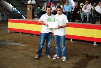 Moisés Noval, Vicepte de ACGA, entrega el diploma del la Seguna Mejor LLabasca al representante de la ganadería de Evangelina Álvarez