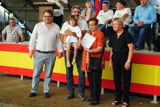Los concejales de los Ayuntamientos de Siero y Llanera, Valeriano Rodríguez y Pilar Domínguez respectivamente entregan el diploma del Mejor Rebaño a Julia Mortera y su familia