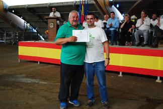 José Manuel Iglesias, Pte ACGA, entrega el diploma a la Tercera Mejor Gocha a Gayo, de la ganadería de María Delfina Díez