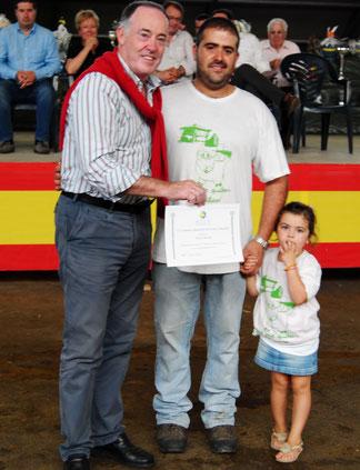El alcalde de Siero, Martínez Llosa, entrega el diploma del Segundo Mejor Berrón a Iván Blanco