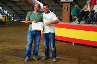 Moisés Noval, Vicepte de ACGA, entrega el diploma de la Mejor Llabasca a Ignacio Ramos