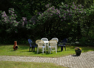 Im Garten finden sich sonnige und schattige Plätzchen