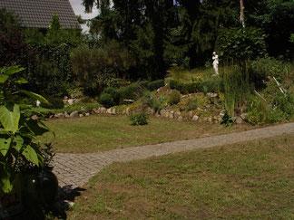 Das Naturgrundstück lädt zum Toben und Relaxen ein