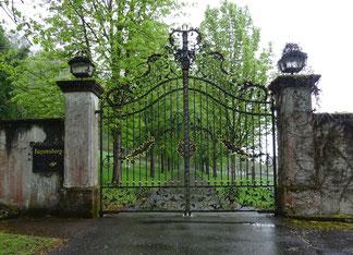 sieben verschiedene Namensplaketten sollen schon neben dem Eingangsportal gehangen haben