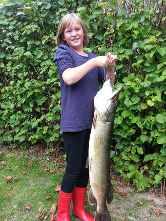 Femke Johannsen mit 106cm und 18 Pfund Hecht, gefangen 11.09.2016