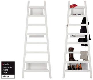 funktionale Wandgeraderobe die aussieht wie eine Leiter. Designed von Ariane März. Hersteller: Müller Möbelwerkstätten