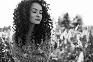 Junge Frau mit Fantastischen Locken durch Curlsys®