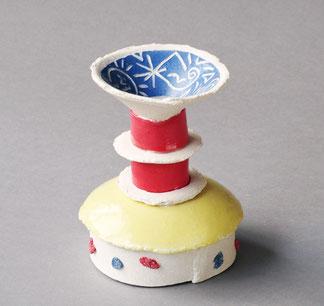 Kollektion von Kerzenhaltern in Form von stilisierten Törtchen und Kuchenstücken, mit leuchtend farbigen Engoben gestaltet