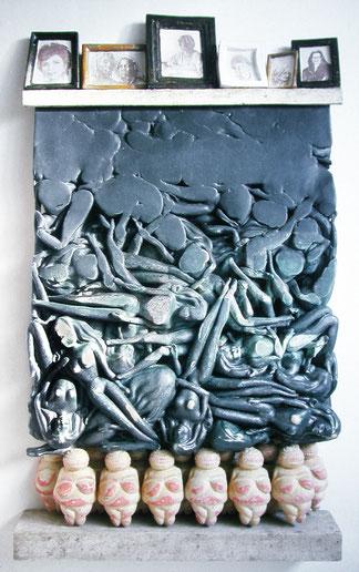 Geschichtetes Objekt mit  13 Venus-Figurinen, sich auflösenden Barbies und einem Foto-Sims mit Bildern von Allende, Williams, Mitscherlich, Leakey, Friedan, Leibovitz