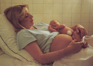 Pendant la naissance, le bébé sera accompagné dans son cheminement par sa mère et guidé par l'appel des mains de son père