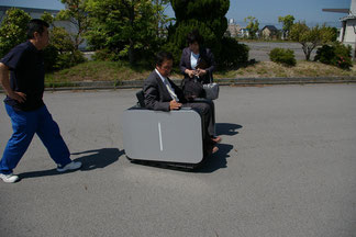 ユニモに試乗する岩永書記長
