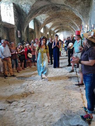 Le public fait la haie aux artistes chapeautés qui se dirigent vers l'estrade