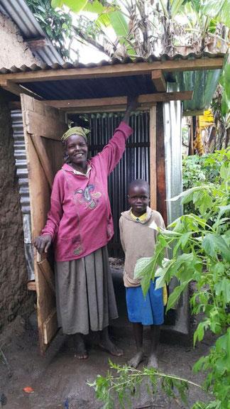 Mary und Elizabeth zeigen stolz die Dusche, die durch Hftc am Haus angebaut wurde.