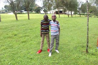 Asaph (rechts) mit einem Freund am jährlichen Treffen aller Hftc Kinder im Dezember 2019. Alle Kinder erhalten von Hftc zu Weihnachten jeweils neue Schuhe und Kleider (daher sind beide so schön angezogen)