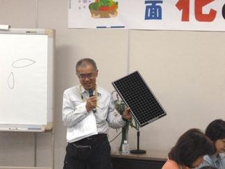 黒いプラスティック製「プラグトレイ」を手に説明・・講師の上田さん