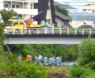クレーン車を使って・・、府池田土木事務所の職員さんも参加。(池田市との境界の今井橋付近