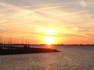 Blick auf den Yachthafen bei Sonnenunergang