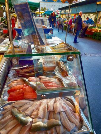 Marktverkauf von Frisch- und Räucherfischen im 16. Bezirk in Wien am Yppenplatz