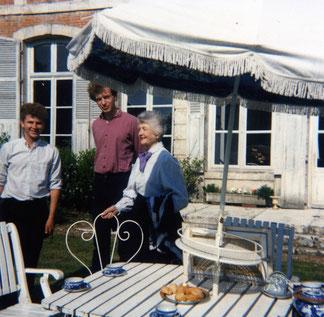 Thé à Pinterville avec la Baronne d'Esneval et son petit fils (à droite) et un jeune ami Sud Américain (à gauche).