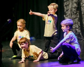 Kinder Singen, Theaterspielen und Tanzen