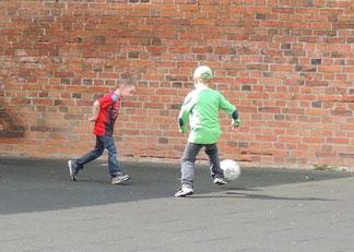 Einige jungs tobten sich beim Fusballspiel aus