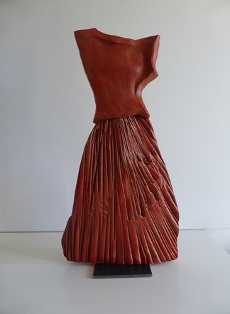 Rotes Kleid, gefaltet, Ton bemalt, 52 cm