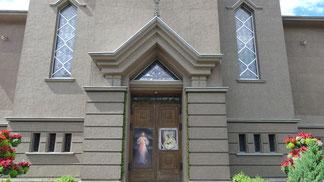Eingang der katholischen Kirche in Klaipeda