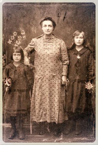 Маргарита Фридриховна Гетерле с младшими дочерьми: слева Анета, справа Ида - моя мама.
