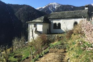Casa Bianca mit Garten und verschneitem Berggipfel