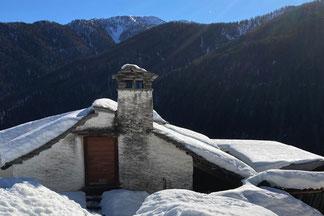 Blick auf das verschneite Dach mit Pizzo Ruscada