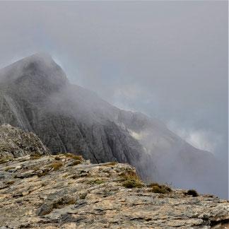 Foto, Karagiannakis: Olypm, Gipfel Skolios im Nebel, davor steiniger Weg
